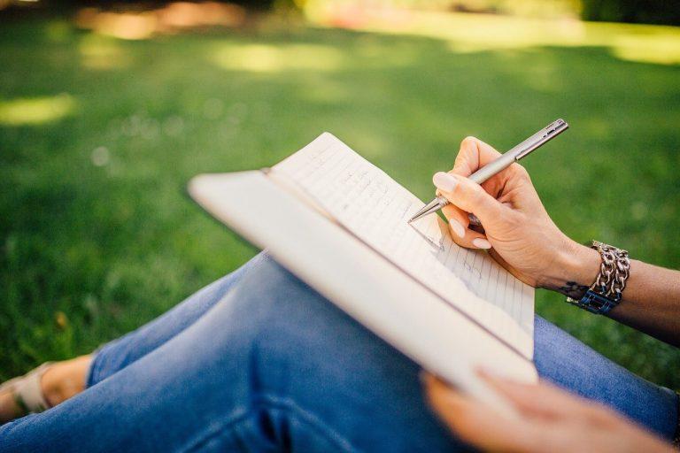 Read more about the article Escrita terapêutica: entenda os benefícios dessa prática